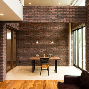 他の地域のコンテンポラリースタイルのおしゃれなダイニング (茶色い壁、無垢フローリング、茶色い床) の写真