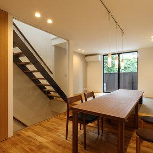 Ejemplo de comedor asiático con paredes blancas, suelo de mármol y suelo marrón