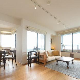 他の地域のコンテンポラリースタイルのおしゃれなLDK (白い壁、淡色無垢フローリング、茶色い床) の写真
