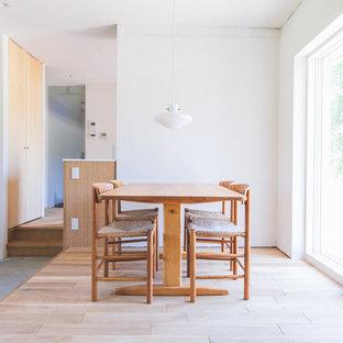 他の地域の小さい北欧スタイルのおしゃれなLDK (白い壁、淡色無垢フローリング、ベージュの床) の写真