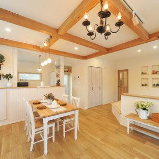 Inspiration för lantliga matplatser, med vita väggar och plywoodgolv