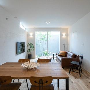 他の地域のモダンスタイルのおしゃれなLDK (白い壁、淡色無垢フローリング、茶色い床) の写真