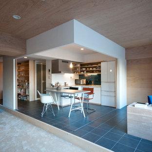 他の地域の小さいコンテンポラリースタイルのおしゃれなLDK (ベージュの壁、セラミックタイルの床、暖炉なし、黒い床) の写真