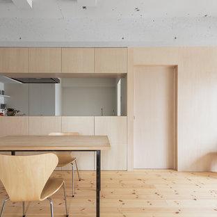 東京23区の北欧スタイルのおしゃれなダイニングキッチン (白い壁、淡色無垢フローリング、暖炉なし、茶色い床) の写真
