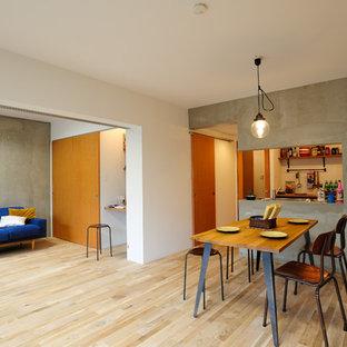 東京都下のインダストリアルスタイルのおしゃれなLDK (マルチカラーの壁、淡色無垢フローリング、ベージュの床) の写真