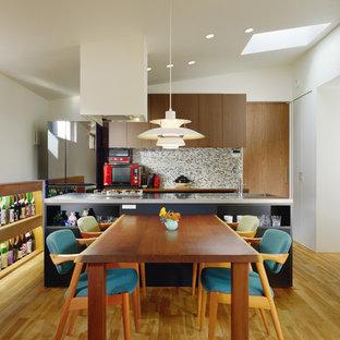 他の地域の中サイズのコンテンポラリースタイルのおしゃれなダイニングキッチン (白い壁、無垢フローリング、茶色い床) の写真