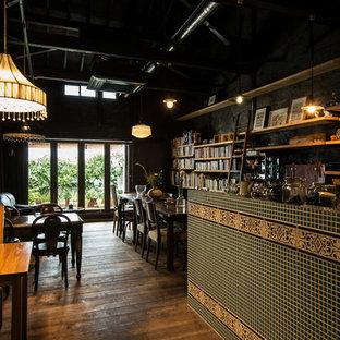 Ispirazione per una piccola sala da pranzo shabby-chic style con pareti blu, parquet chiaro, nessun camino e pavimento marrone
