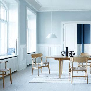東京23区の北欧スタイルのおしゃれなダイニング (青い壁、塗装フローリング、グレーの床) の写真