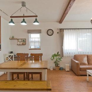 他の地域の地中海スタイルのおしゃれなダイニング (白い壁、無垢フローリング、茶色い床) の写真