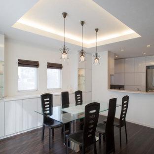 Пример оригинального дизайна: кухня-столовая среднего размера в стиле модернизм с белыми стенами, полом из фанеры и коричневым полом