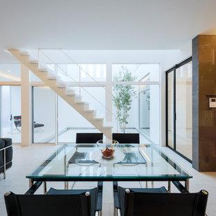 Esempio di una sala da pranzo aperta verso il soggiorno moderna con pavimento in compensato e pavimento bianco