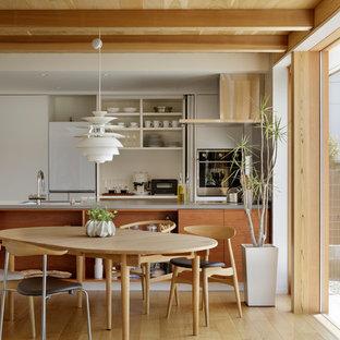 他の地域の北欧スタイルのおしゃれなダイニングキッチン (白い壁、無垢フローリング、茶色い床) の写真