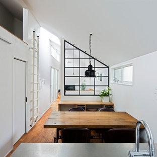 東京23区のコンテンポラリースタイルのおしゃれなダイニングキッチン (白い壁、無垢フローリング、茶色い床、暖炉なし) の写真