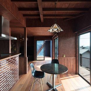 他の地域のミッドセンチュリースタイルのおしゃれなLDK (茶色い壁、無垢フローリング、茶色い床) の写真