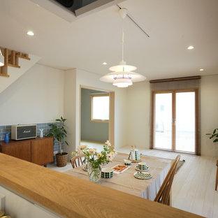 他の地域の北欧スタイルのおしゃれなLDK (白い壁、淡色無垢フローリング、暖炉なし、白い床) の写真