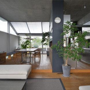 東京23区の大きいモダンスタイルのおしゃれなLDK (無垢フローリング、茶色い床、白い壁) の写真