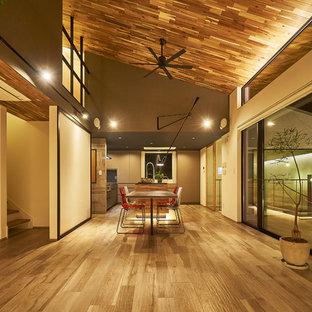 他の地域の大きいコンテンポラリースタイルのおしゃれなLDK (白い壁、無垢フローリング、茶色い床) の写真