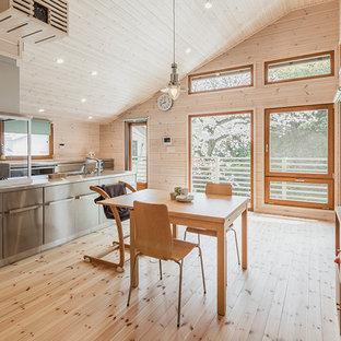 他の地域の北欧スタイルのおしゃれなLDK (ベージュの壁、淡色無垢フローリング、ベージュの床) の写真