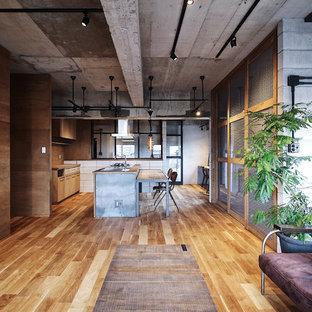他の地域のインダストリアルスタイルのおしゃれなLDK (マルチカラーの壁、無垢フローリング、茶色い床) の写真