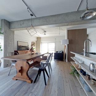 神戸の広いインダストリアルスタイルのおしゃれなLDK (白い壁、淡色無垢フローリング、ベージュの床) の写真