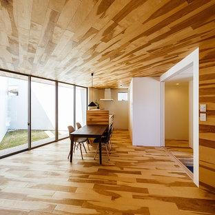 Esempio di una sala da pranzo aperta verso il soggiorno scandinava con pareti marroni, pavimento in legno verniciato e pavimento marrone