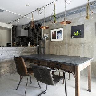 他の地域のインダストリアルスタイルのおしゃれなLDK (グレーの壁、コンクリートの床、グレーの床) の写真