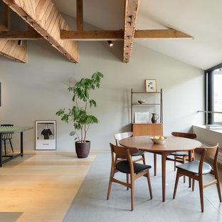 Aménagement d'une salle à manger asiatique avec un sol en bois clair, aucune cheminée et un mur gris.