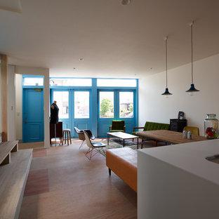 他の地域の小さいエクレクティックスタイルのおしゃれなLDK (白い壁、無垢フローリング、茶色い床) の写真