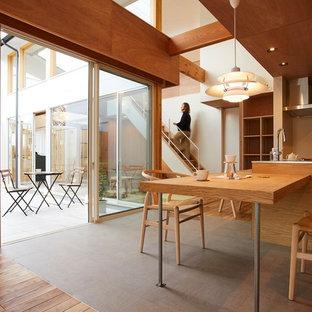 Ejemplo de comedor de cocina minimalista, de tamaño medio, con paredes marrones, suelo de corcho y suelo gris