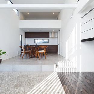 横浜の中サイズのモダンスタイルのおしゃれなダイニング (白い壁、セラミックタイルの床、グレーの床) の写真