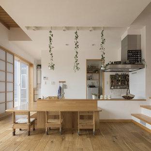 他の地域の北欧スタイルのおしゃれなLDK (白い壁、無垢フローリング、暖炉なし、茶色い床) の写真