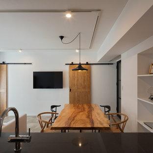 他の地域のラスティックスタイルのおしゃれなLDK (白い壁、塗装フローリング、グレーの床) の写真