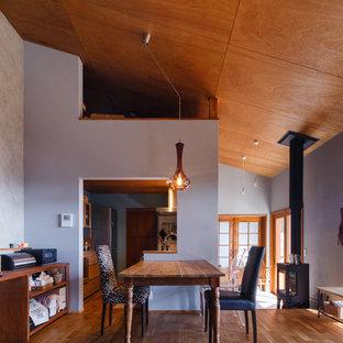 他の地域の和風のおしゃれなLDK (グレーの壁、無垢フローリング、茶色い床) の写真