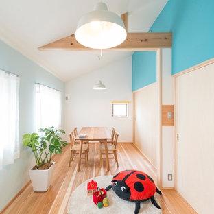 他の地域の北欧スタイルのおしゃれなダイニング (青い壁、無垢フローリング、茶色い床) の写真