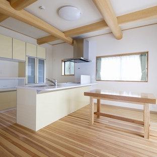 Imagen de comedor asiático, abierto, sin chimenea, con paredes blancas, suelo de madera en tonos medios y suelo multicolor