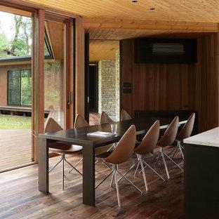 他の地域のコンテンポラリースタイルのおしゃれなLDK (茶色い壁、濃色無垢フローリング、茶色い床) の写真