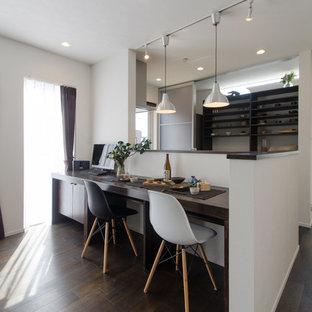 Idées déco pour une petit salle à manger ouverte sur le salon asiatique avec un mur blanc, un sol en bois foncé et aucune cheminée.