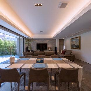 Ejemplo de comedor minimalista, grande, con paredes blancas, suelo de mármol y suelo marrón
