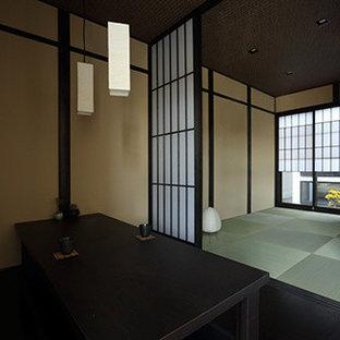 Imagen de comedor asiático, pequeño, con paredes grises, suelo de baldosas de porcelana y suelo gris