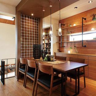 横浜のミッドセンチュリースタイルのおしゃれなLDK (白い壁、無垢フローリング、茶色い床) の写真