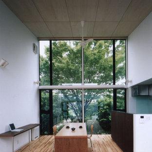 東京23区のコンテンポラリースタイルのおしゃれなダイニング (白い壁、無垢フローリング、茶色い床) の写真