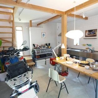 他の地域のインダストリアルスタイルのおしゃれなダイニングキッチン (白い壁、コンクリートの床、グレーの床) の写真