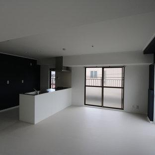 Modelo de comedor minimalista, de tamaño medio, abierto, con paredes multicolor, suelo vinílico y suelo blanco