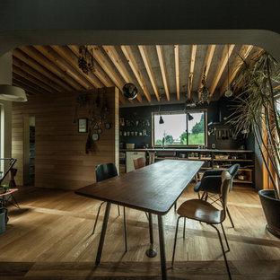 他の地域のコンテンポラリースタイルのおしゃれなLDK (茶色い壁、無垢フローリング、茶色い床) の写真
