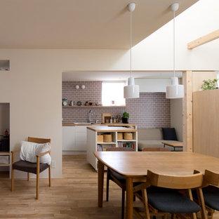 札幌の中くらいの北欧スタイルのおしゃれなLDK (白い壁、淡色無垢フローリング、ベージュの床) の写真