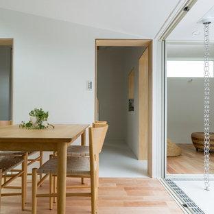 Immagine di una piccola sala da pranzo aperta verso la cucina scandinava con pareti bianche, pavimento in vinile e pavimento bianco