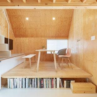 東京23区の小さいアジアンスタイルのおしゃれなLDK (茶色い壁、無垢フローリング、茶色い床) の写真