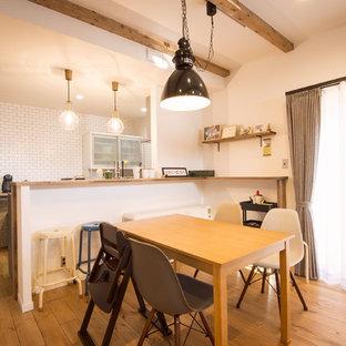 他の地域の中くらいのインダストリアルスタイルのおしゃれなLDK (白い壁、無垢フローリング、暖炉なし、茶色い床) の写真