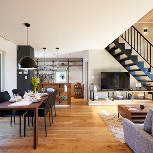 他の地域の中サイズのコンテンポラリースタイルのおしゃれなLDK (白い壁、暖炉なし、無垢フローリング、茶色い床) の写真