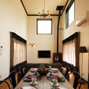 他の地域の大きいミッドセンチュリースタイルのおしゃれなLDK (白い壁、無垢フローリング、茶色い床) の写真